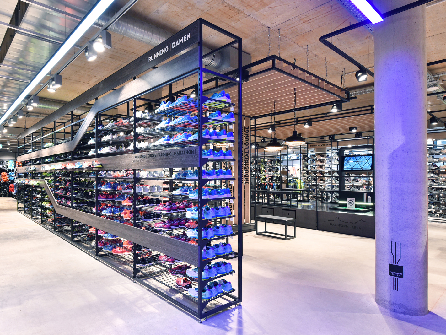Raum-im-Raum-Intersport Stähle Schweizer Grenze Shopdesign Innenarchitektur Sport Retaildesign